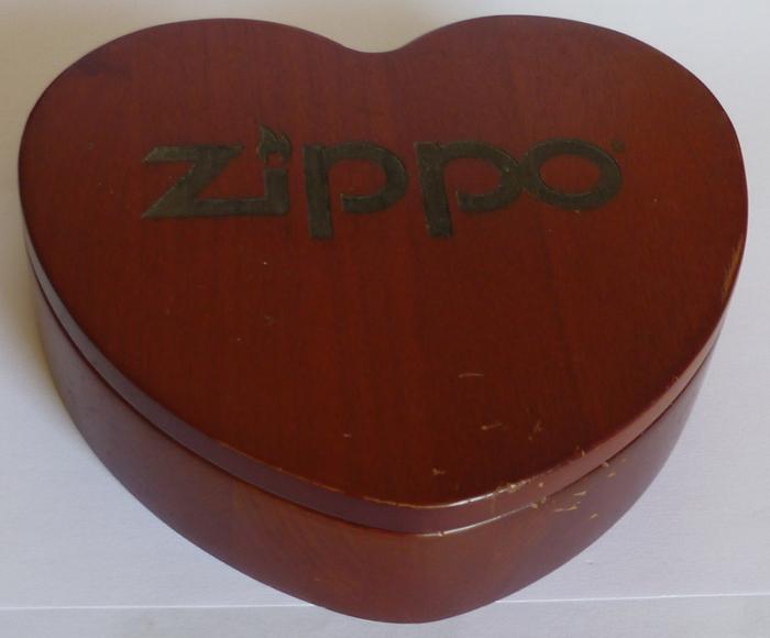 Les boites Zippo au fil du temps - Page 3 Zippo-coffret-bois-coeur-2--5262d52