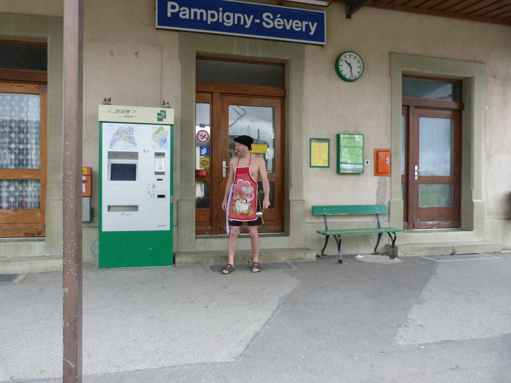 Il se passe de drôles de choses en gare de  Papigny en suisses  Papigny-le-chef-de-gare-537bc11