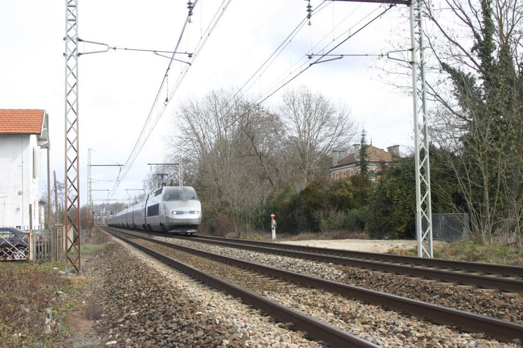TGV A sortie sud  d'Angoulême Tgv-a-angou-51c6063