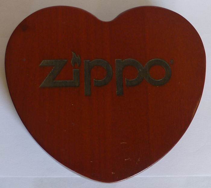 Les boites Zippo au fil du temps - Page 3 Zippo-coffret-bois-coeur-1--5262d50