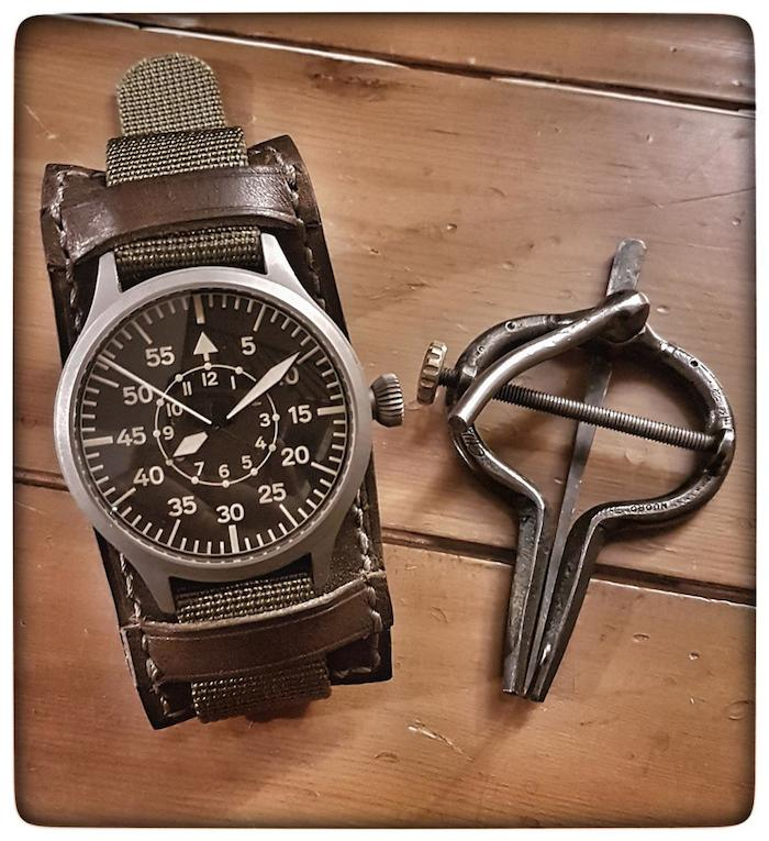 Nav B-Uhr 47 Vintage Titan B-Muster Wrist1-53498d3